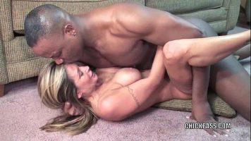Tarfa matura blonda care face sex foarte intens cu un barbat de culoare