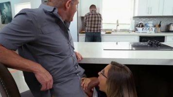 Femeie cu parul lung care poarta ochelari face muie sefului ei sub birou