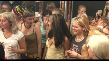Petrecere nebuna intr-un bar de striptis pentru femei de toate varstele