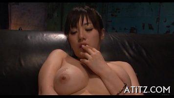 Asiatica tanara cu tatele foarte mari isi baga degetele in gura