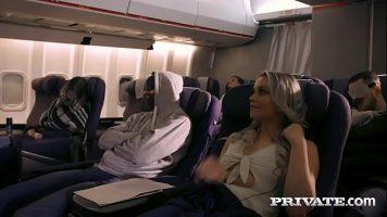 Pizda blonda care calatoreste cu avionul si ii baga mana in pantalonii